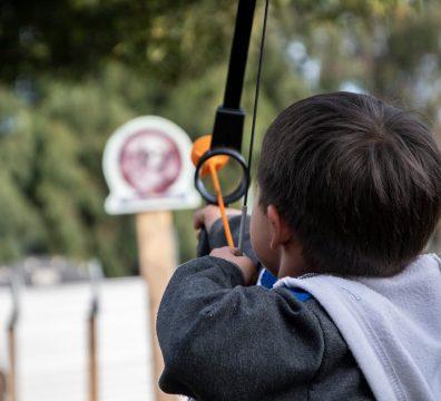 Caza con arco y flecha-min